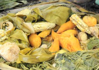 バナナの葉で食材を蒸す「ムームー」