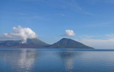 ラバウルの今も噴煙をあげる火山